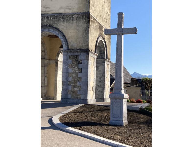 Installation de la croix en pierre devant l'église